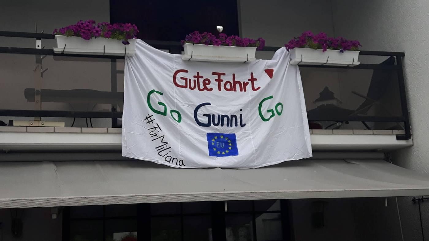 Bemaltes Bettuch: Gute Fahrt, Go gunni Go, #FürMiliana und EU-Fahne