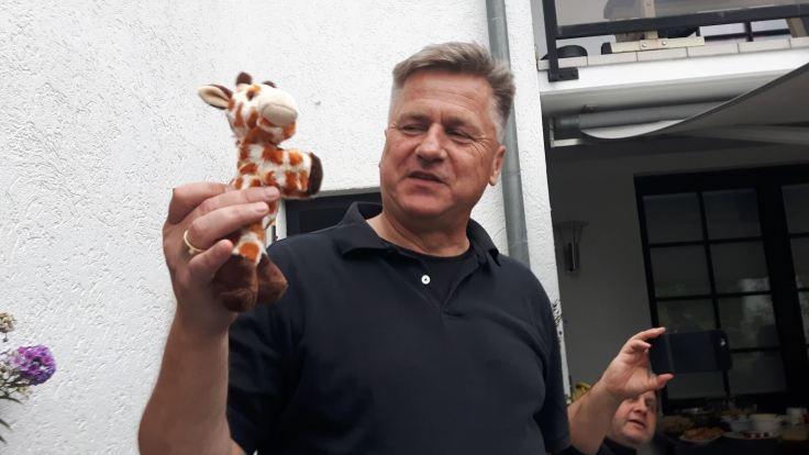 Gunnar mit einer kleinen Plüschgiraffe