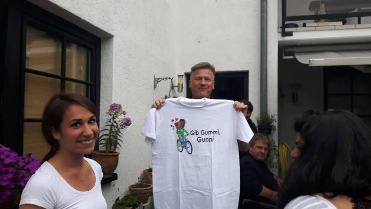 Gunnar hält das Go Gunni Go -Shirt hoch