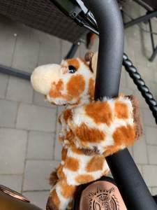 Das Giraffe-Maskottchen, das Gunnar von seiner Familie bekommen hat