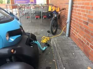 Twizzy und Bike beim Laden