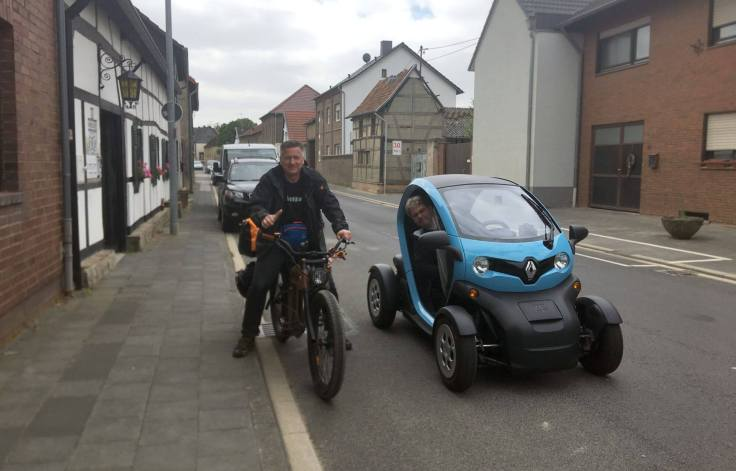 Gunnar auf seinem E-Bike begleitet von Guido in seinem Twizzy