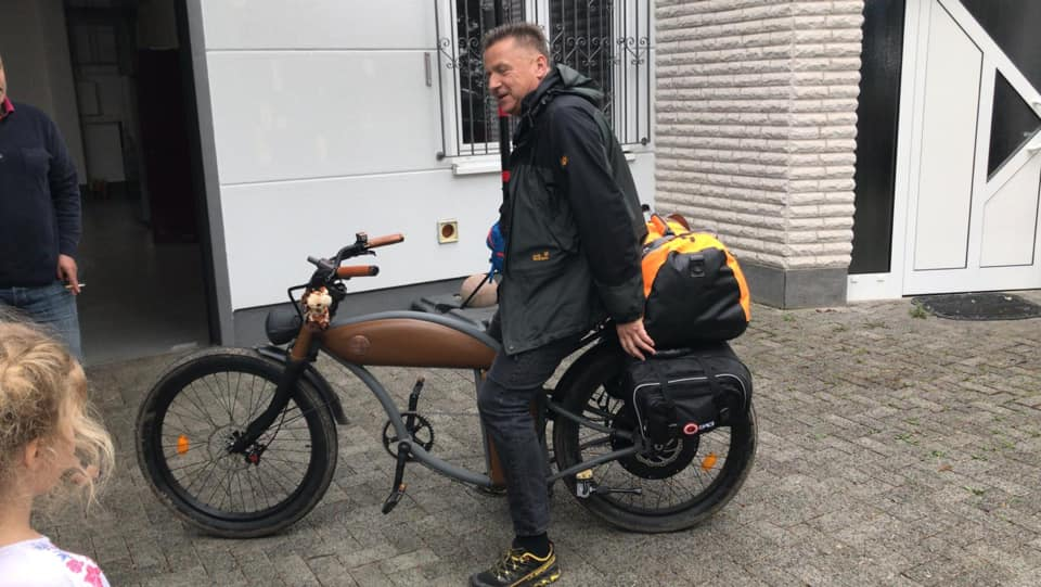 Gunnar mit dem bepackten E-Bike bei der Abfahrt in Duisdorf