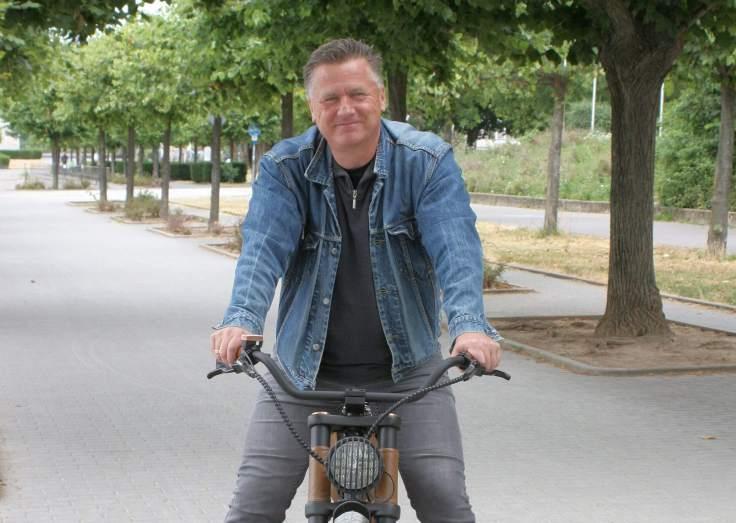 Gunnar Sohn auf seinem E-Bike am Rhein in Bonn