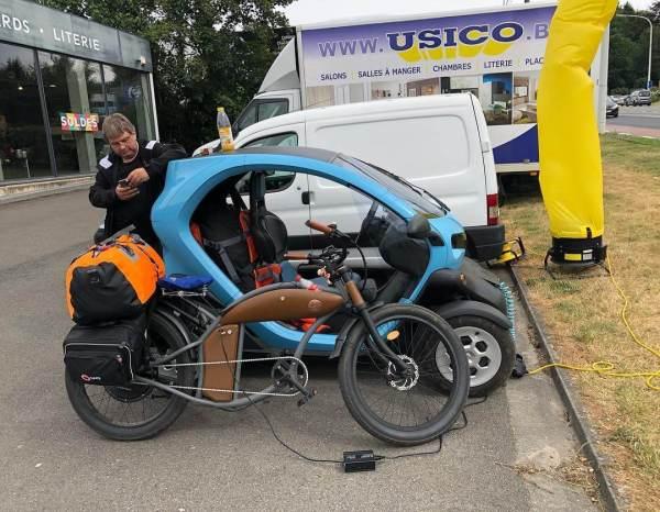 E-Bike und Twizy beim Laden am Windwerbegenerator