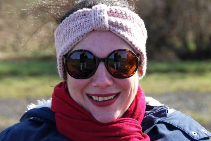 Miliana in Winterkleidung und Sonnenbrille
