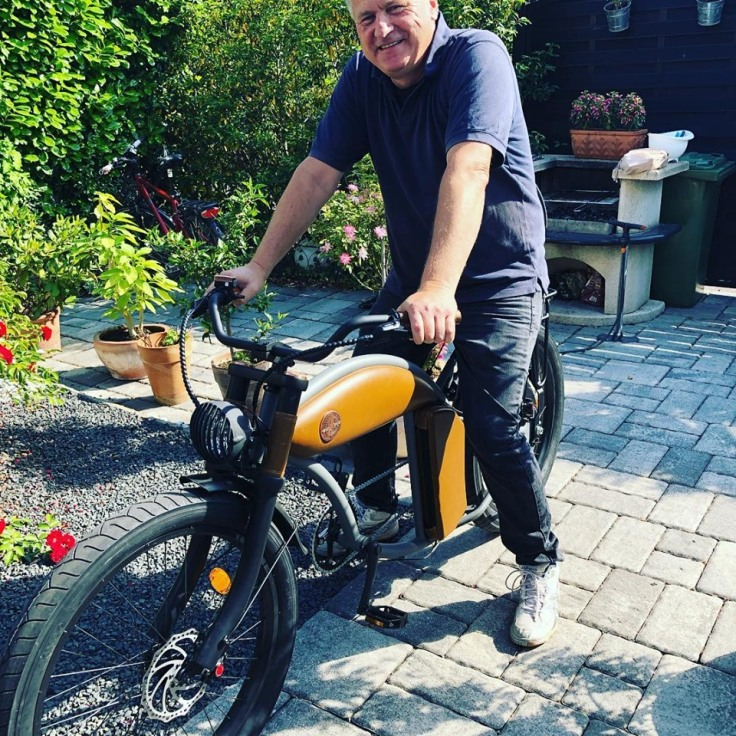 Gunnar Sohn zuhause auf seinem E-Bike