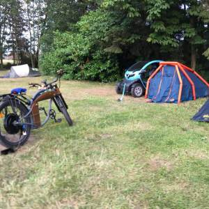 Twizy und E-Bike beim Laden auf dem Campingplatz